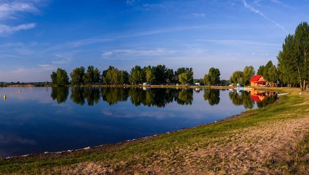 美しい日の湖