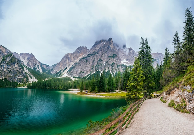 山の間の湖