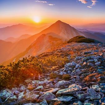 山の魔法の夕日