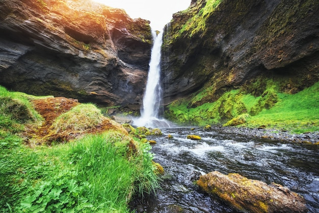 アイスランドの山と滝の素晴らしい風景。