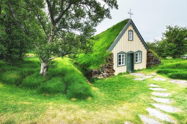 アイスランドの小さな木造教会と墓地。