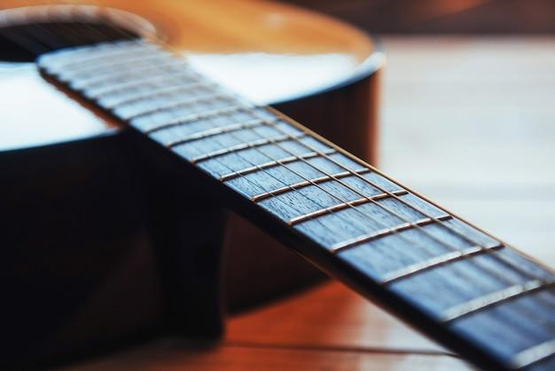 明るい茶色の背景にクラシックギター