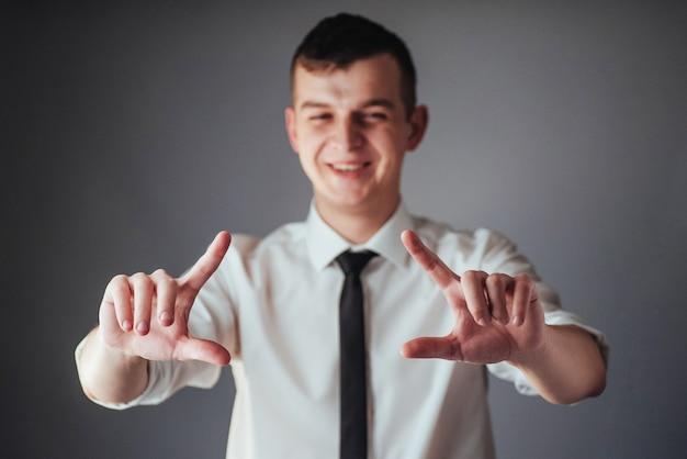 Бизнесмен руку, указывая на пустое место на черном фоне