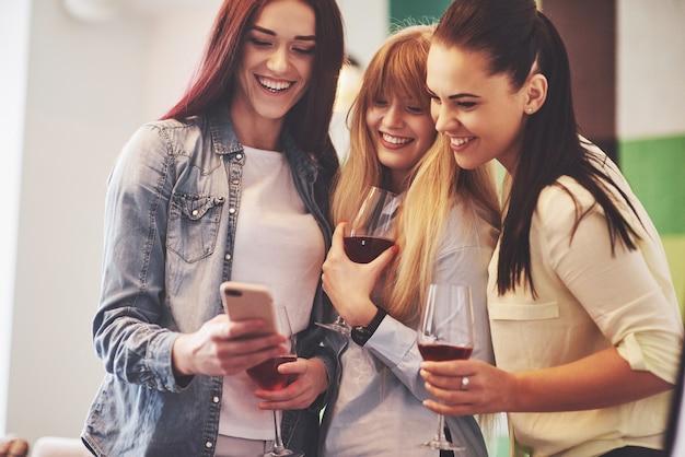Счастливая группа друзей с красным вином