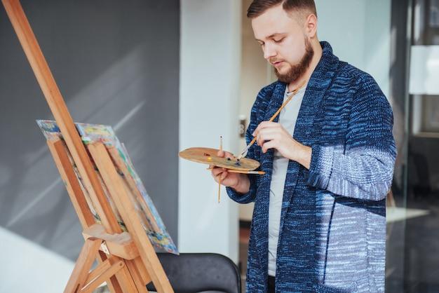 ギャラリーの男性アーティスト