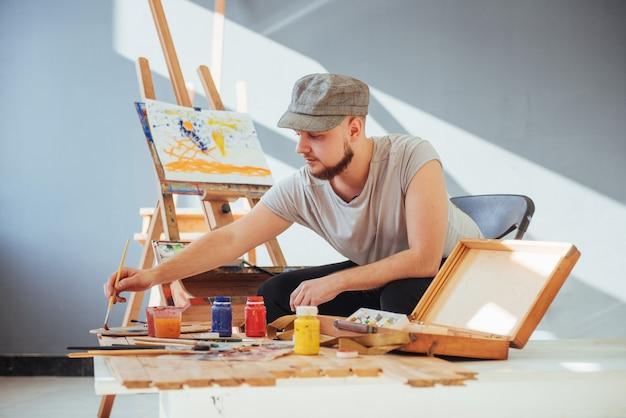スタジオで絵を描くアーティスト