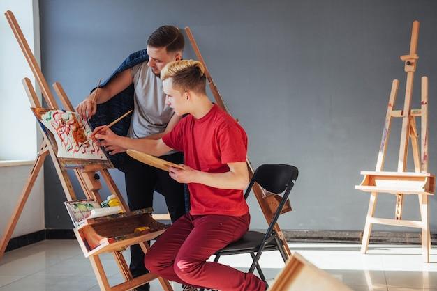 アートレッスンでペイントする学生のグループ