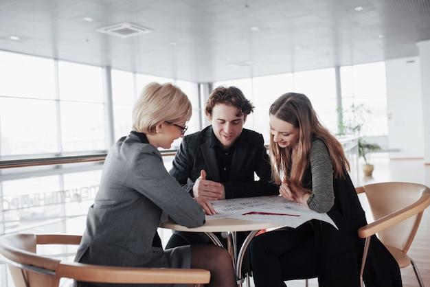 ビジネスを開始します。オフィスで若い建築家のグループ。チームの仕事