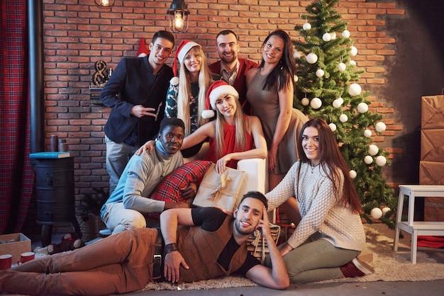 Группа старых веселых друзей общаются друг с другом. новый год наступает встречайте новый год в уютной домашней обстановке