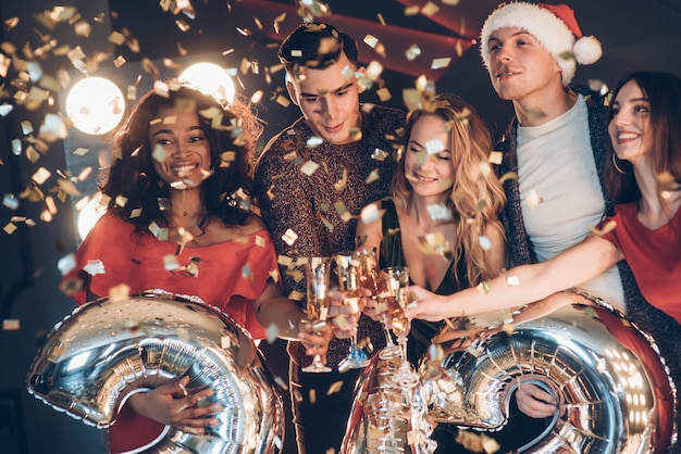新しい年の概念。アルコールパーティーをしている友人の会社の写真