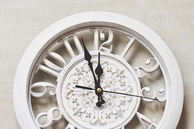 真夜中に幸せな新年、古い木製時計