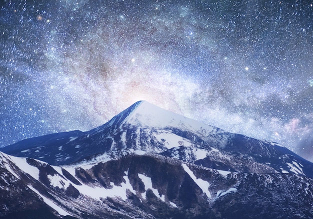 幻想的な星空。美しい冬の風景と雪をかぶった