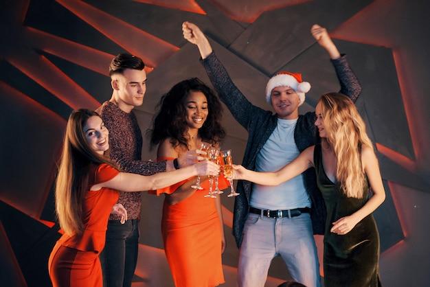 Группа друзей, празднование нового года с шампанским.