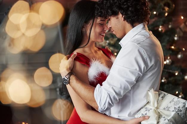 Симпатичные объятия. новогодние вечерние танцы. прекрасная великолепная пара, проводящая время вместе