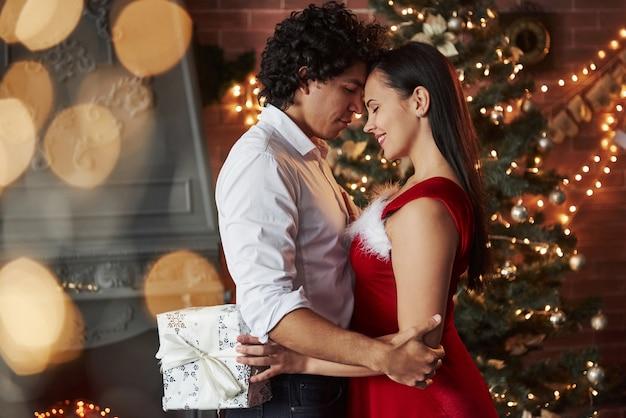 横からの眺め。新年の夜のダンス。一緒に時間を過ごす素敵な豪華なカップル