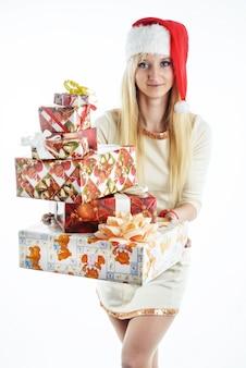Девушка с рождественскими подарками