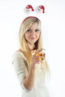 ワインのグラスを保持している金髪の女性