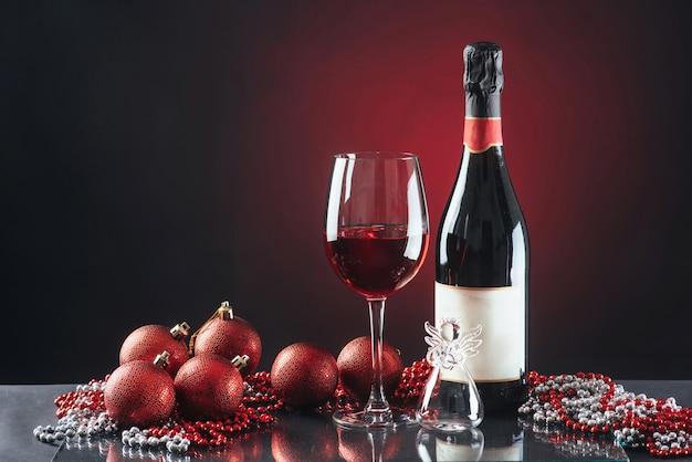 新年のお祝いのガラスとボトル