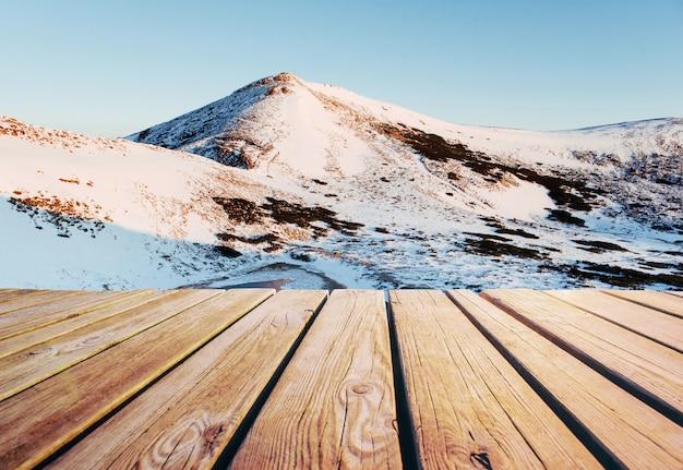 Зимний пейзаж в ожидании праздника. драматическая зимняя сцена. карпатский