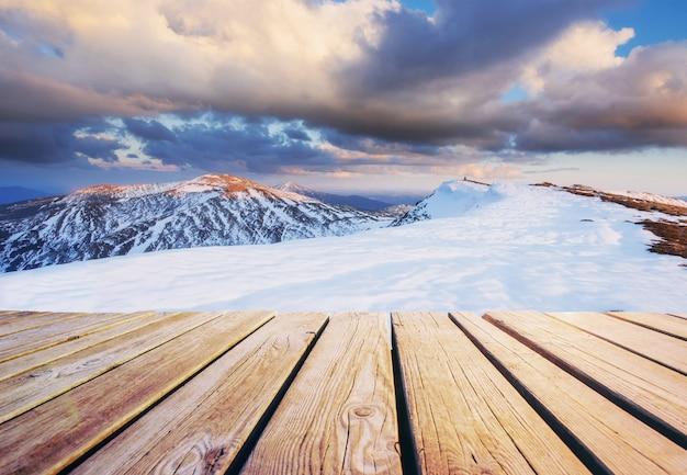 冬の風景。休日を見越して。冬の劇的なシーン。カルパチア