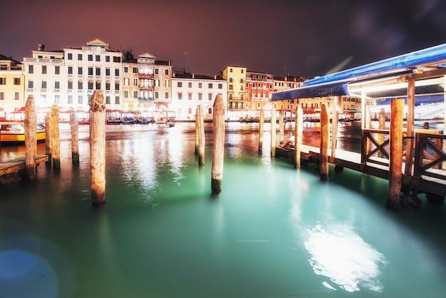 Городской пейзаж. мост риальто понте ди риальто в венеции, италия ночью.