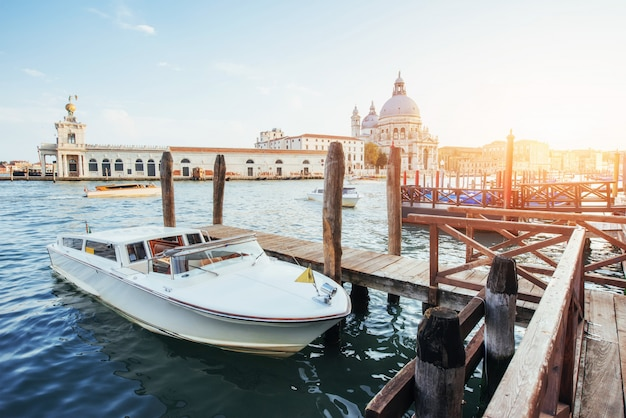 Гондолы на большом канале в венеции, церковь сан-джорджо маджоре. сан марко