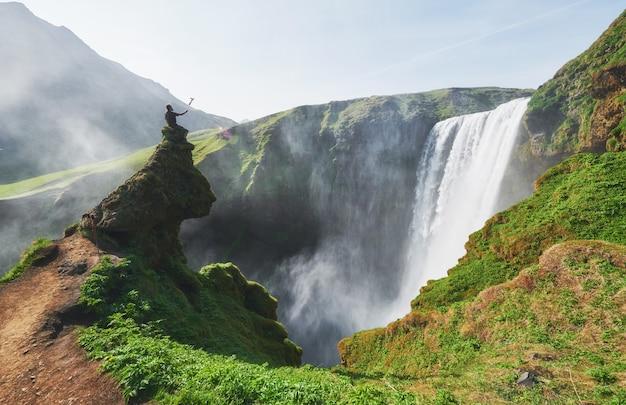 アイスランド南部のスコガルの町の近くにある素晴らしい滝スコガフォス。ドラマチックで美しいシーン