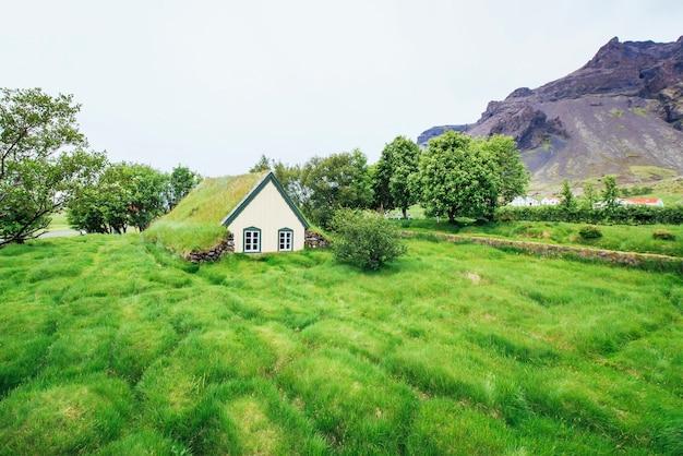 Дорога в горах. мост через канал, соединяющий лагуну йокулсарлон и атлантический океан на юге исландии