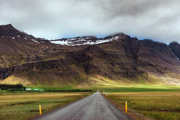 山の道。アイスランド南部の手配ラグーンと大西洋を結ぶ水路に架かる橋