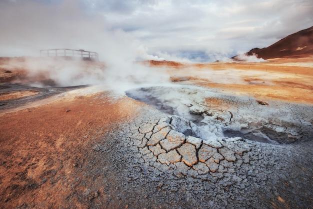 アイスランド、バルカンの国、温泉、氷、滝、暗黙の天気、煙、氷河、強い川、美しいカラフルな野生の自然、ラグーン、素晴らしい動物、オーロラ、溶岩