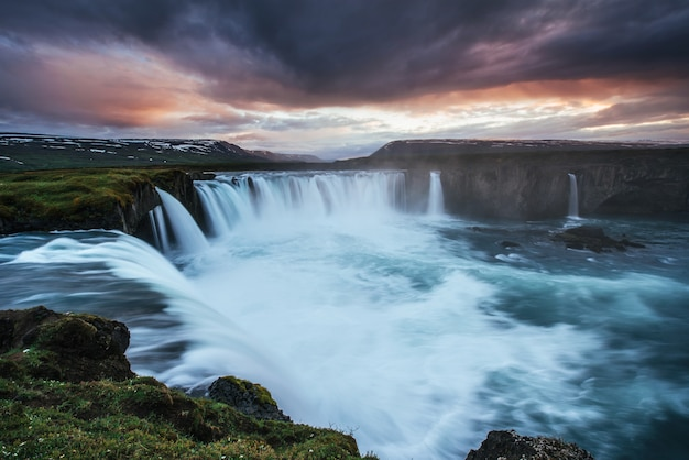 風景や滝の美しい夕日。アイスランドのカーキュフェル山