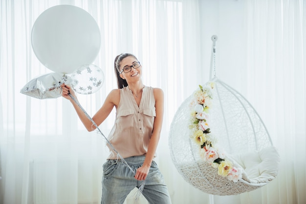 風船で美しい女性をファッションします。ポーズの女の子。