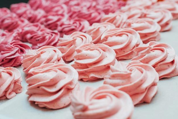 白い羊皮紙にピンクの自家製マシュマロ