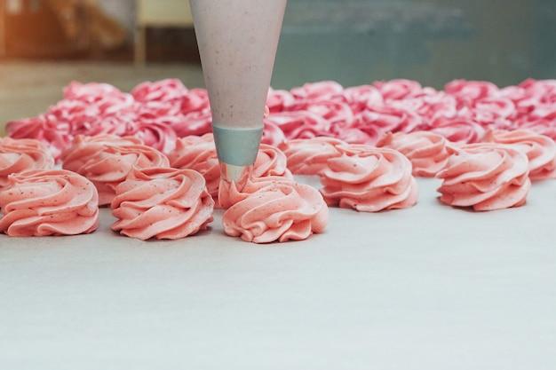 Домашние зефиры розовые на белом пергаменте