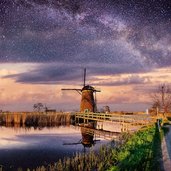 Голландская мельница ночью.