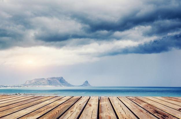 海の上の青い空。劇的なロッキー山脈