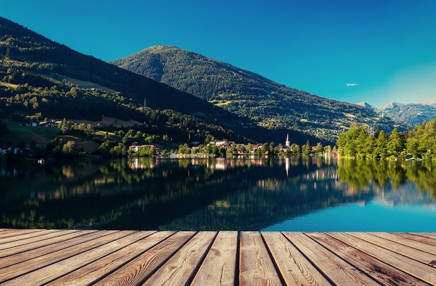 Горное озеро между горами. приморская вилла. италия