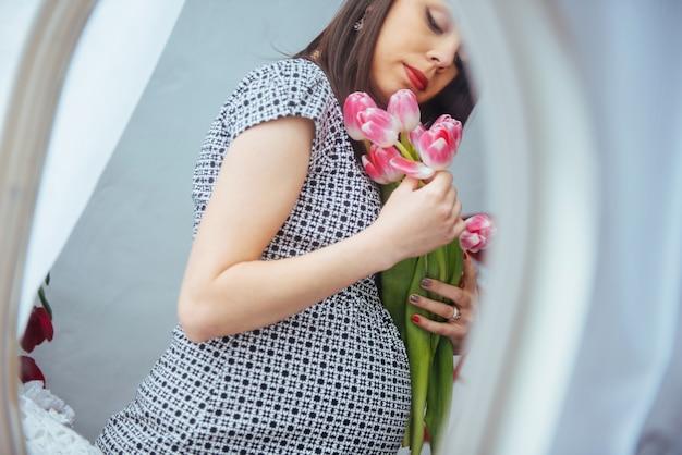 花と妊娠中の女性