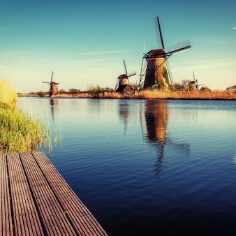 伝統的なオランダの風車運河とカラフルな春の日