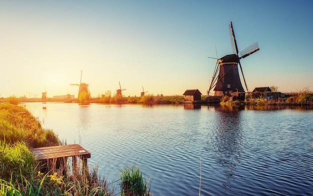 Традиционные голландские ветряные мельницы из канала роттердам. голландия