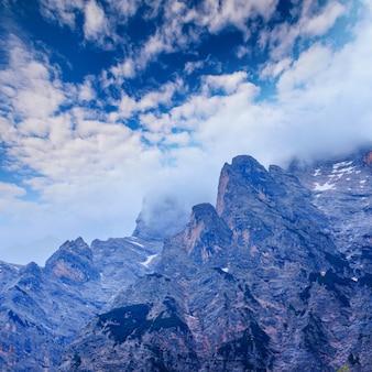 Скалистые горы доломит