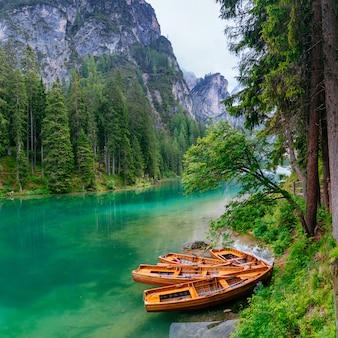 Лодка на пирсе