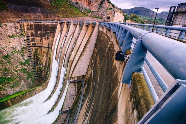 イタリアの大きなダムの広い視野。