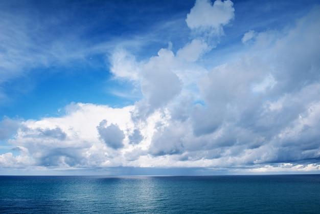 Синее море и белые облака в небе