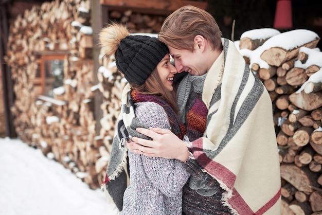 楽しい冬の公園で幸せな若いカップル。家族の屋外。