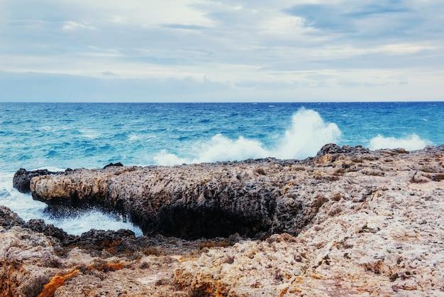 Фантастический вид на море с голубым небом.