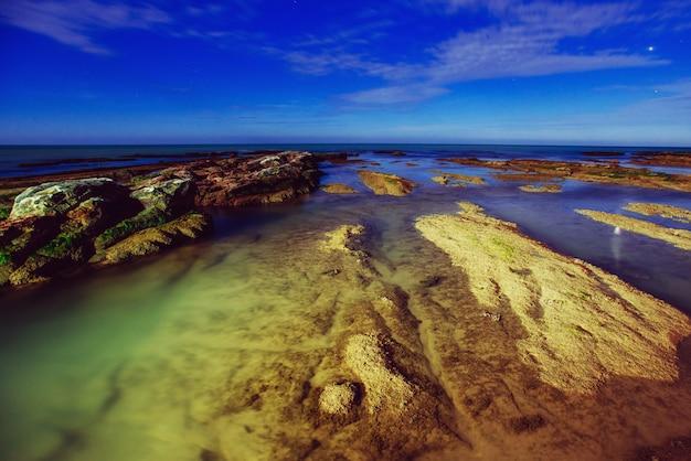 Фантастический вид на море с кораллами и ночным небом