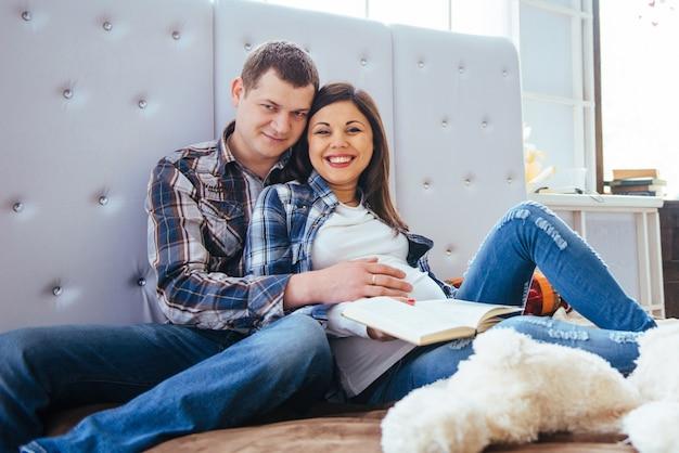 ベッドで夫と妊娠中の女性