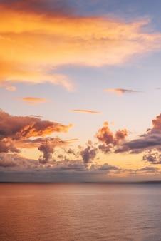 Красивый пейзаж с закатом над морем