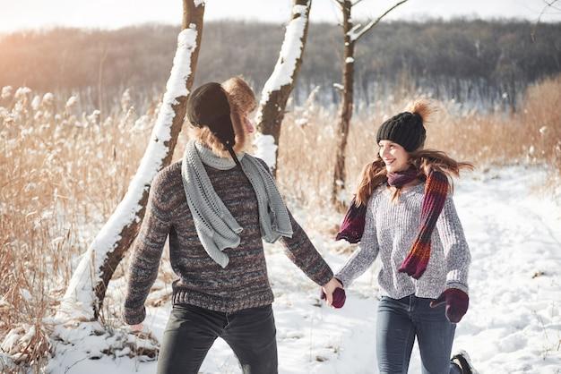 Люди, сезон, любовь и отдых - счастливая пара развлекается зимой